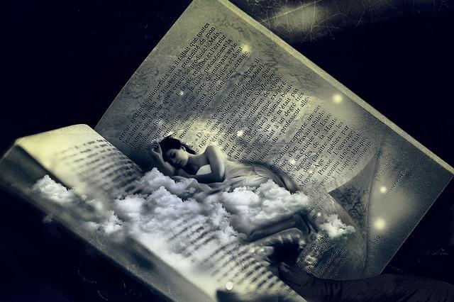 Een fantasie foto. Een vrouw ligt slapend in een opengevouwen boek. Het ziet er magisch uit. Net zoals hypnose